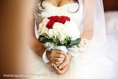 foto Monica Palloni #bouquet #flowers #fiori #red #monicapalloni #bianco #white #abitodasposa #dress #rosso #rose #love #amore #wedding #marriage #matrimonio #reportagedamatrimonio #monicapalloni #photographer #fotografa #monicapallonifotografa