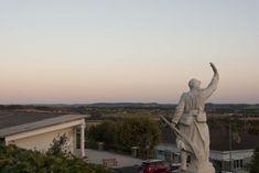 Monflanquin: Bastidedorp op de grens van de Périgord Pyrenees, Statue Of Liberty, Arcade, Vans, Travel, Statue Of Liberty Facts, Viajes, Statue Of Libery, Van