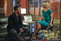 Stephen Amell and Emily Bett Rickards in Arrow Emily Bett Rickards, Arrow Season 4, Oliver Queen Felicity Smoak, David Ramsey, Arrow Tv Series, Stephen Amell Arrow, Netflix Releases, Father Photo, Supergirl And Flash