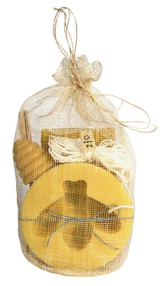 Ideal for the novice candle maker and bee aficionado, this kit has everything needed to craft a decorative bee shaped candle out of 100% pure beeswax. Includes - 1 lb. 100% pure beeswax - - Silicon be