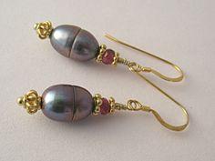 Ohrringe aus grauen Perlen und rosa Turmalin von Joyas de Cristal auf DaWanda.com