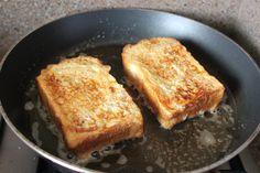 Vyprážaný syr vám viac nevytečie a vyprážať môžete aj bez digestora: Toto si pripnite na chladničku, bude sa vám to hodiť! Syr, French Toast, Breakfast, Food, Meal, Eten, Meals, Morning Breakfast