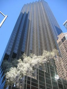 NYC. TRUMP TOWER at 5th. Ave. in Springtime. //  Le blog INSOLITE de NELLOU