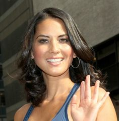 Olivia Munns loose curls hairstyle