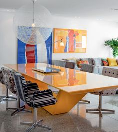 O veludo de bambu, com estampas digitais variadas, veste as cadeiras IC (Itálica Casa), que, assim, entram no clima irreverente da mesa de laca amarela brilhante, criação do designer Guilherme Torres. Telas de Eudes Mota.