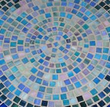 How to Lay Tile on a Picnic Table DIY mosaic table tops- for broken table top for pool deck table Tile Patio Table, Round Patio Table, Tile Tables, Patio Tiles, Deck Table, Mosaic Table Tops, Diy Picnic Table, Diy Table Top, Mosaic Crafts