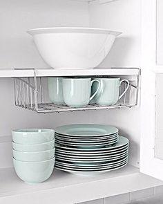 Cuelga rejillas debajo de las repisas para aprovechar el espacio vertical. | 52 Formas fáciles de organizar tu casa