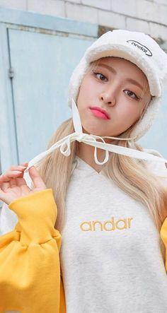 ITZY-YUNA #andar South Korean Girls, Korean Girl Groups, Korean Celebrities, Celebs, Best Face Products, New Girl, Korean Singer, Kpop Girls, Winter Hats