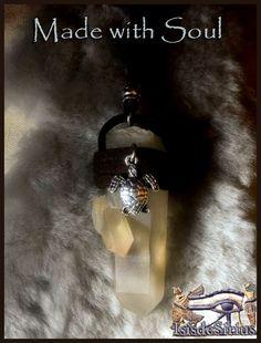 :: Made with Soul - Varinhas de Peito com Cristal de Madagáscar :: Estas Varinhas de peito são portadores da luz, auxiliando na transmutação. Ajudam os seus portadores a olharem para dentro e a descobrirem a verdade, o seu caminho, o seu Propósito. :: Made with Soul - Wands with Madagascar Crystal :: These Wands are carriers of light, and transmutation. They help their carriers to look within and discover the truth, their way, their Purpose.