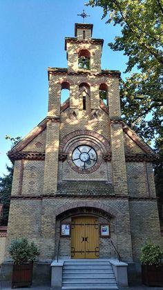 Szegedi Evangélikus Gyülekezet Based on the plans of Frigyes Schulek it built the neo-Romanesque church in 1882 Lutheran, Romanesque, Cathedrals, Big Ben, Building, Places, Travel, Beautiful, Hungary