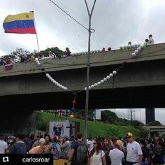 Foto de @carlosroar Así se encuentra el distribuidor Altamira ante el llamado de 12 horas del plantón nacional #ccs #caracas #caracascamina  Ya en el Gran Plantón... Distribuidor Altamira.   #vzla #Venezuela #sosvenezuela