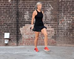 Weighted Forward + Backward Lunge - Steal this move from Carrie Underwood's personal trainer (Leg Workout Toned) Carrie Underwood Workout, Carrie Underwood Legs, Gym Workouts, At Home Workouts, Daily Workouts, Workout Routines, Workout Plans, Summer Workouts, Bed Workout