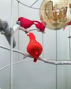 """Meri Weckman sanoo Instagramissa: """"Kilikalimaaleilla tuunatuista vanhoista joulukoristeista, oksista ja varjostimen rungosta, saa uuden lampun""""varjostimen""""…"""" Parrot, Bird, Animals, Instagram, Parrot Bird, Animales, Animaux, Birds, Animal"""