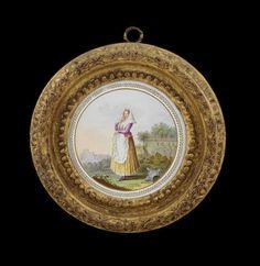 Due tondi in porcellana Real Fabbrica Ferdinandea (parte centrale) uno con costume della Donna di Caputa, l'altro con una veduta, con cornici antiche in legno dorato