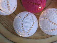 Valkoiset valopallot on virkattu Novitan Virkkauslangasta Crochet Home, Knit Crochet, Sissi, Decorative Plates, Led, Knitting, Christmas, Crocheting, Home Decor