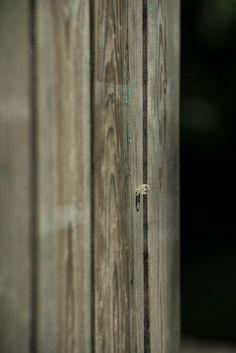 Création d'une palissade en bois réalisé par Antoine & Nicolas. Lieu : Médica Résidence de Bagneux. © Crédit photo : Jacques Laurence