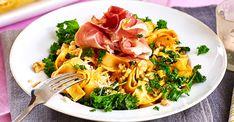 På bara 20 minuter fixar du den här ljuvliga pastarätten. Spänstigt med grönkål, krispigt med valnötter och krämigt med parmesanost. Pesto, Wok, Thai Red Curry, Baking, Ethnic Recipes, Pasta Spaghetti, Candy, Bakken, Sweets