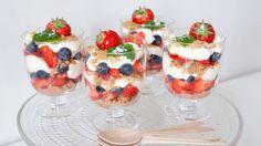 Ostekake i glass – perfekt dessert til mai Public Holidays, My Glass, Dessert Recipes, Desserts, Fruit Salad, Panna Cotta, Cheesecake, Baking, Ethnic Recipes