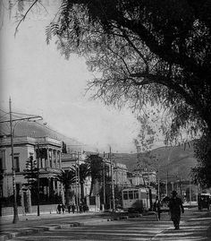 H Λεωφόρος Κηφισιάς φωτογραφημένη μεταξύ 1925 & 1935 Σπάνια λήψη με όλα τα κτήρια που υπήρχαν σε αυτά τα οικοδομικά τετράγωνα με πρόσοψη στην σημερινή Βασ. Σοφίας. Το πρώτο σπίτι αριστερά: η οικία ΠΑΥΛΟΥ ΚΑΖΟΥΛΗ, Βασ. Σοφίας 19 & Κουμπάρη. Το κατεδάφισαν το 1935. Athens History, Greece History, Old Pictures, Old Photos, Vintage Photos, Athens Greece, Back In The Day, Vintage Photography, Past