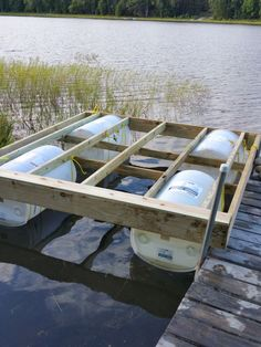 Floating Dock With Barrels (UPDATED): This is a floating dock that's easy to make and works beautifully. Floating Boat Docks, Floating House, Floating In Water, Floating Shelves, Schwimmendes Boot, Raft Building, Building Plans, Decks, Floating Platform