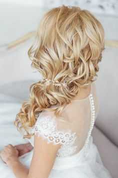 simple down long curly hairstyle for wedding / http://www.deerpearlflowers.com/brides-favorite-wedding-hair-styles-for-long-hair/