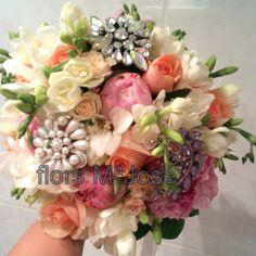 Bouquet tonos pastel y broches