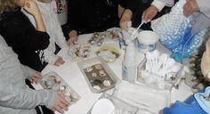 Prepariamo i fossili : gesso acqua sabbia e contenitori delle uova .... inseriamo gli elementi .