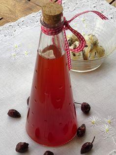 Σιρόπι από καρπούς άγριας τριανταφυλλιάς Hot Sauce Bottles, Drinks, Recipes, Food, Beverages, Recipies, Hoods, Meals, Drinking