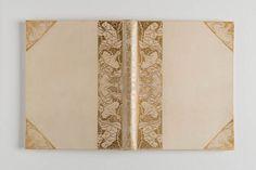 """Boekband van Frederik van Eedens """"De kleine Johannes"""", één van de veertig genummerde 'Epreuve D'Artiste' van de derde druk uit 1898. Ontworpen door Edz. Koning, In perkament met goud opdruk  van gestileerde bloemmotieven en insecten in hoeken en langs rug van boek. Koning is ook verantwoordelijk voor de negen gesigneerde litho's in deze band."""