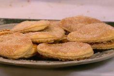 Er zit nog een heel verhaal achter dit traditionele Arnhemse koekje De Arnhemse meisjes zijn een heuse lekkernij die makkelijk in elkaar te flansen is. Tegenwoordig worden ze ook veel gemaakt van bladerdeeg en suiker, maar het origineel is veel lekkerder. Bovendien zijn de koekjes helemaal niet moe