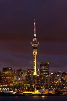"""""""Sky Tower"""". Tôrre de Comunicação e Observação. Altura: 328m. Inauguração: 03/Março/1997. Auckland. Nova Zelândia."""