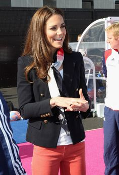 This jacket, this scarf. Kate Middleton meets Jackie O. Kate Middleton Accessorieses With A Blazer And Scarf - Great Styling Trick, 2012 Fashion Mode, Look Fashion, Autumn Fashion, Womens Fashion, Looks Kate Middleton, Estilo Kate Middleton, Style Casual, Casual Outfits, Cute Outfits