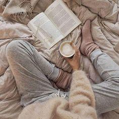 hygge calça de moletom, blusão de lã e xícara de café Cozy Aesthetic, Aesthetic Outfit, Lazy Day Outfits, Stylish Outfits, School Outfits, Foto Casual, Winter Photos, Winter Ideas, Lazy Days
