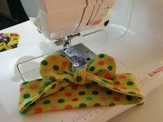 Turbante Bebê - Enxoval de Bebê - YouTube Bow Hairband, Wire Headband, Sewing Headbands, Baby Headbands, Sewing For Kids, Baby Sewing, Sewing Crafts, Sewing Projects, Flower Hair Bows