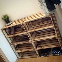 Regal Lu's shoe rack Security shutters improve your home security. In today's society home security Diy Garden Decor, Diy Home Decor, Room Decor, Garderobe Design, Diy Shoe Rack, Shoe Racks, Small Woodworking Projects, Diy Pallet Furniture, Bedroom Furniture