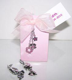 Detalles para Primera Comunión.  Colgante móvil brillantitos flor.  Se presenta en caja semi alta con 5 caramelos plateados, lazo cristal a tono y tarjeta personalizada, nombre y fecha del evento.