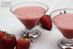 Delicioso y refrescante smoothie de fresas y manzana, ideal para los días de calor. Perfecto para las dietas hipocalóricas.