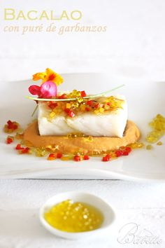 Bacalao con crema de garbanzos | Bavette Cod Fillet Recipes, Fish Recipes, Mexican Food Recipes, Vegetarian Recipes, Modern Food, Food Garnishes, Molecular Gastronomy, Culinary Arts, Food Design