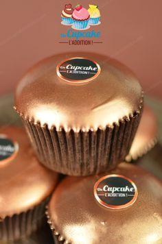 Cupcakes Noir Intense façon Ferrero RondNoir® : gâteau au chocolat noir, fourrage crème au chocolat noir et pépites de chocolat noir, couverture craquante de chocolat noir.