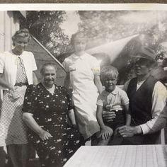 Familjefoto - tror det är min far Lars-Erik Larsson som är den lilla blonda pojken. I sådana fall är tidpunkten mot slutet av 2:a världskriget.