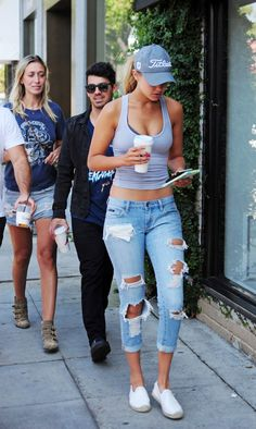 Awesome Gigi Hadid Sneakers Outfit on The Summer Street that You Must Look - Fashion Best Crop Top Outfits, Outfits With Hats, Cool Outfits, Summer Outfits, Cap Outfits For Women, Dressy Outfits, Gigi Hadid Outfits, Gigi Hadid Style, Gigi Hadid Casual