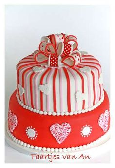 Novelty weddingcake in red pink and white
