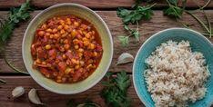 Die indische Küche ist wie gemacht für Veganer und Vegetarier. Ein einfaches Gericht zum Starten: Chana Masala, ein indischer Kichererbsen-Tomatentopf auf Reis.