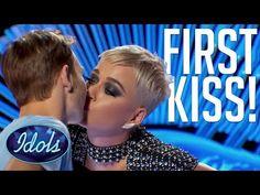 """La star de la pop Katy Perry, rendue célèbre par son ode aux baisers """"I Kissed a Girl"""", est prise dans une controverse pour avoir embrassé abruptement le candidat d'un concours de chant télévisé aux États-Unis."""