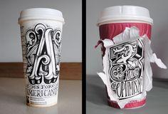 Letras feitas à mão em copos de café