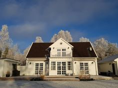 Altanen på baksidan, mot sjösidan. England Houses, New England Homes, Newport, Mansions, House Styles, Home Decor, New England Houses, Decoration Home, Manor Houses
