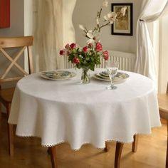 Obrus okrągły lniany biały. Obrus zdobiony delikatną tasiemką pasmanteryjną w pętelki. Do wnętrza wniesie ducha świeżości i powabu ! Pasuje do aranżacji w stylu wiktoriańskim, vintage, klasycznym, rustykalnym i nowoczesnym.
