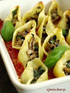 Shells with mushrooms and spinach - SZPINAK - Makaron Tortellini, Pasta Salad, Food Inspiration, Zucchini, Spinach, Stuffed Mushrooms, Appetizers, Food And Drink, Menu