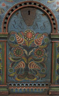 Kiste med buet lokk og separat sokkel. Rosemalt på lokk og front. Fronten har tre arkader med skåret og rosemalt dekor. Innvendig flere hyller og leddik. Antatt Urdalsarbeid.