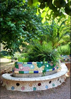 this bench covered with broken tile known as trencadís, was constructed in park Güell was completed in Mosaic Garden Art, Mosaic Art, Mosaic Glass, Mosaic Tiles, Gaudi Mosaic, Mosaic Crafts, Mosaic Projects, Mosaic Furniture, Garden Furniture